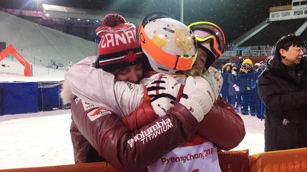 Les trois soeurs Dufour-Lapointe au bas de la piste olympique de bosses, à Pyeongchang
