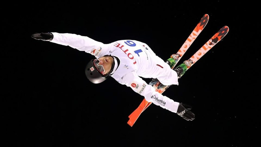 Le skieur acrobatique Olivier Rochon effectue un saut.