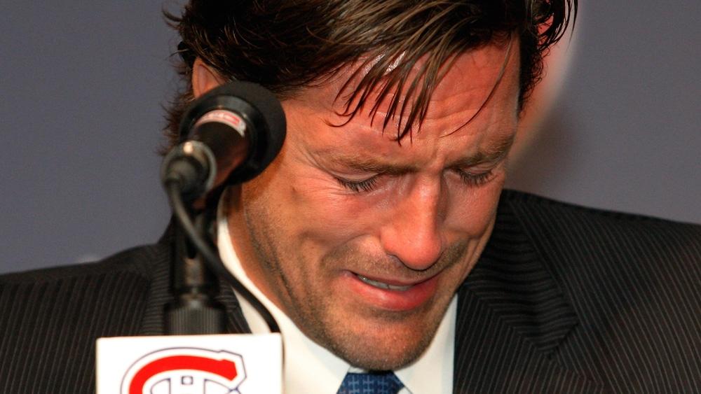 Patrice Brisebois pleure à l'annonce de sa retraite.