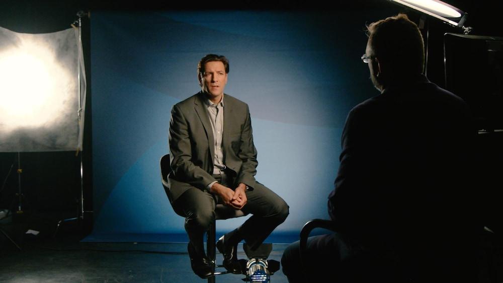 Patrice Brisebois est assis dans un studio de Radio-Canada en face du journaliste Jean-François Poirier.