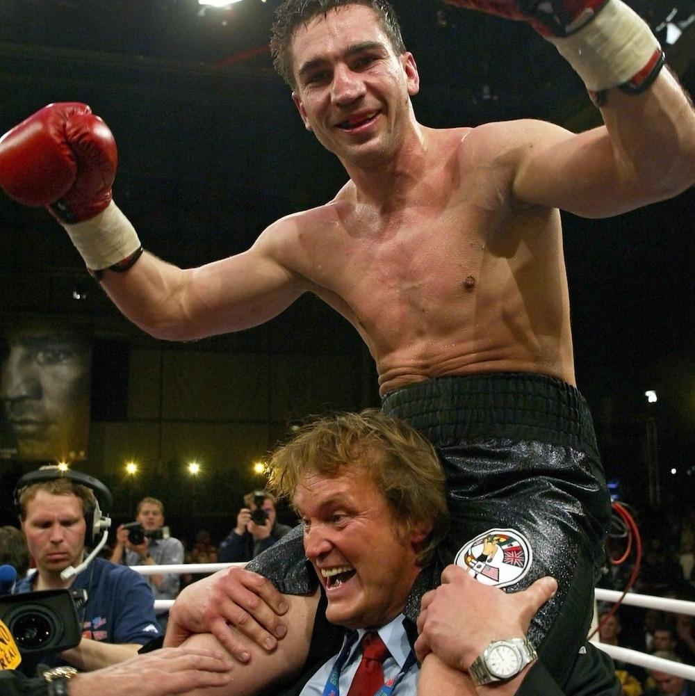 Markus Beyer est porté en triomphe par un de ses hommes de coin après son combat contre Éric Lucas, le 5 avril 2003.