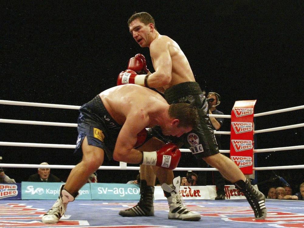 Éric Lucas évite une attaque de Markus Beyer lors de leur combat de championnat du monde, le 5 avril 2003.