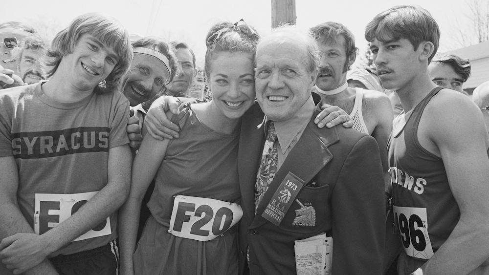 Kathrine Switzer et Jock Semple s'enlacent sur la ligne de départ du marathon de Boston en 1973.