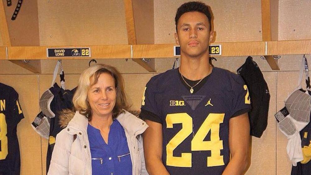 Benjamin et sa mère, Louise Valiquette, dans le vestiaire des Wolverines.