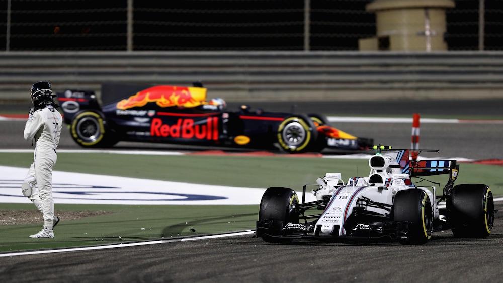 Lance Stroll sort de sa Williams après un accrochage au Grand Prix de Bahreïn en avril 2017