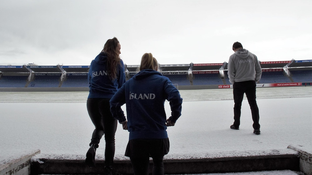 Fanndis Frioriksdottir et Dagny Brynjarsdottir entrent dans le plus grand stade d'Islande, le Laugardalsvöllur de Reykjavik