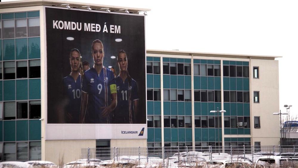 « Amenez-nous à l'Euro », la campagne de publicité s'affiche sur les bâtiments de Reykjavik.