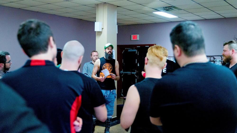 Le promoteur de la NSPW Steve Boutet (au centre) s'adresse aux lutteurs avant le gala.