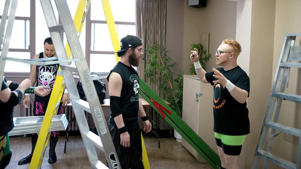 L'éventuel gagnant du combat d'échelles, Shayne Hawke (à droite), en pleine préparation