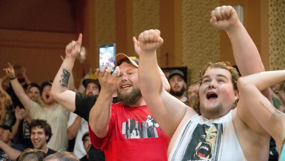 Bruyante et impliquée, la foule réagit à la victoire d'un de ses favoris.