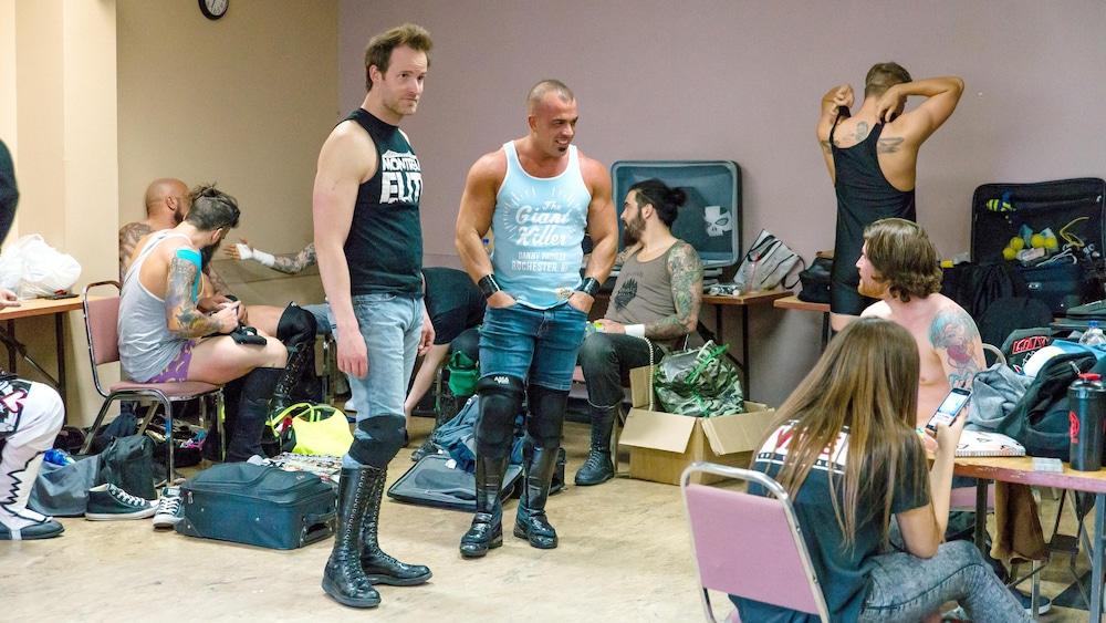 Jean-Frédéric Clément (Handsome JF) et Marc Roussel (Marko Estrada) discutent avec un autre lutteur. L'animosité dans le ring entre les deux n'existe pas dans les coulisses.