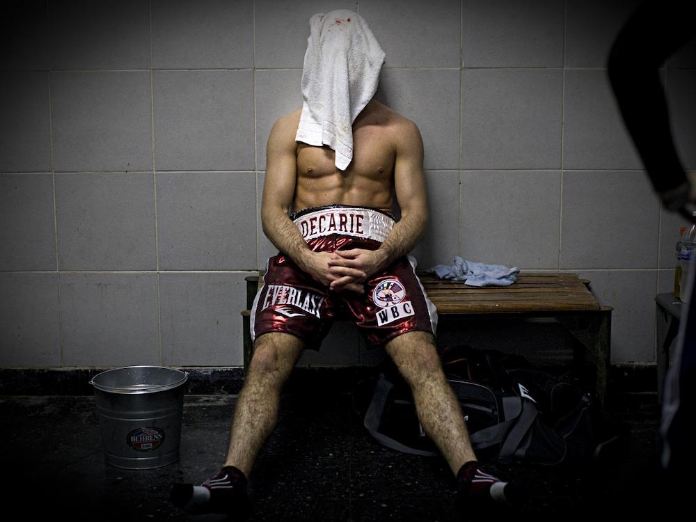 Antonin Décarie se cache le visage après sa défaite contre Luis Carlos Abregu en avril 2013.
