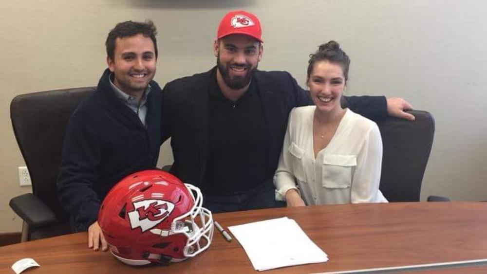 Sasha Ghavami, Laurent Duvernay-Tardif et Florence-Agathe Dubé-Moreau à Kansas City lors de la signature du contrat.