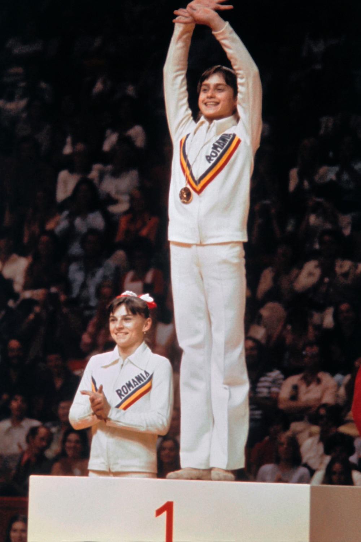 Nadia Comaneci, 14 ans, sur le podium aux Jeux olympiques de Montréal, en 1976.