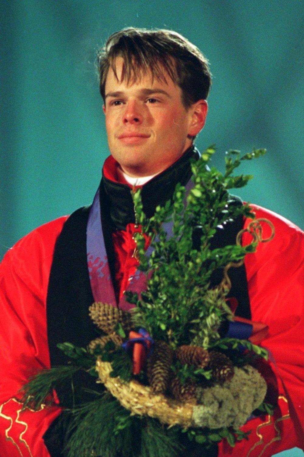 16 février 1994 : Jean-Luc Brassard lors de la cérémonie des médailles, après avoir reçu l'or de l'épreuve de bosses, en ski acrobatique, des Jeux olympiques de Lillehammer.