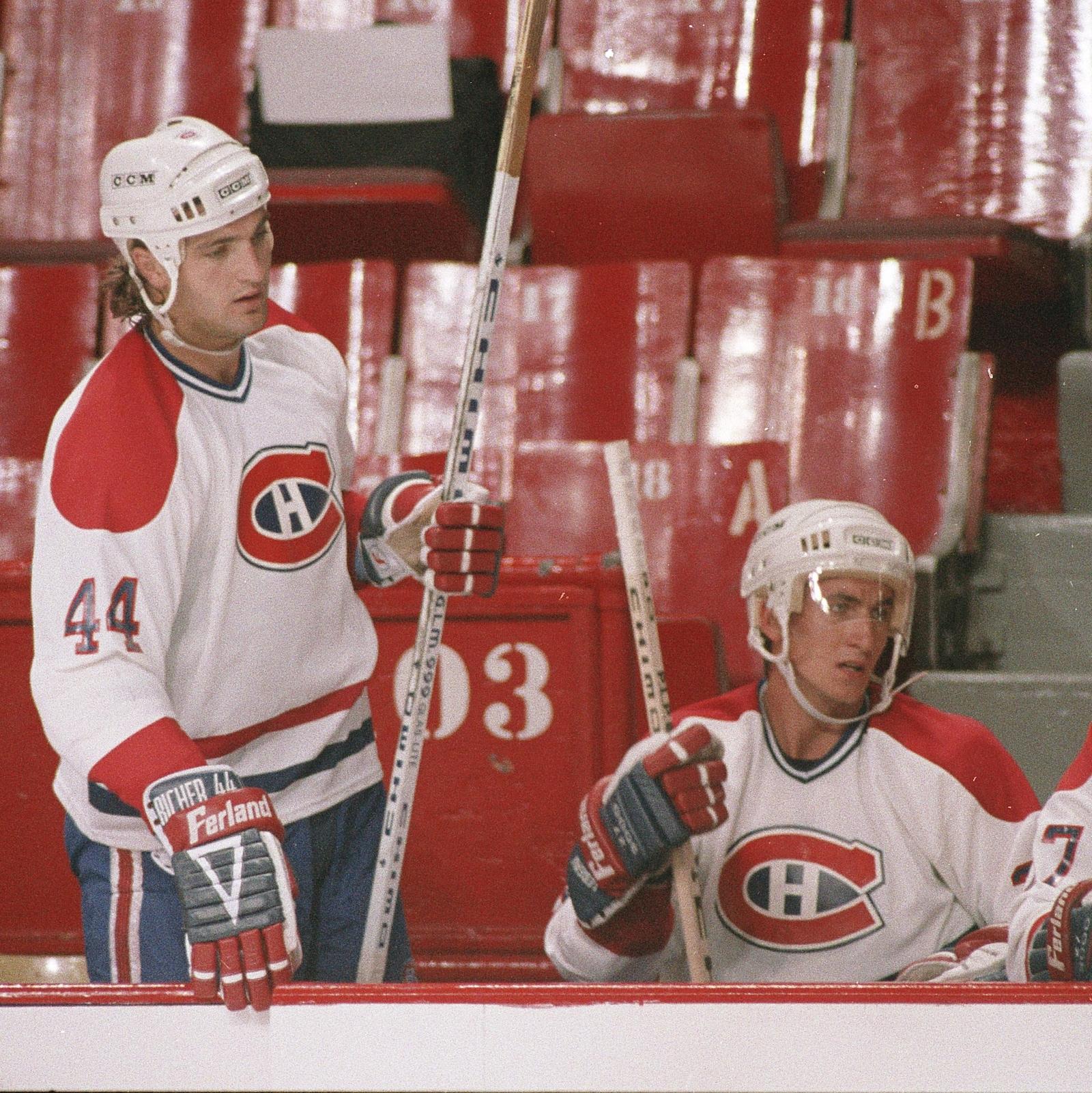 Stéphane Richer au banc du Canadien lors d'un entraînement au début des années 1990