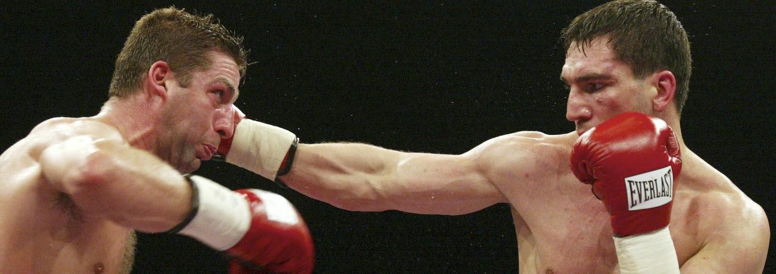 Éric Lucas (à gauche) lance un direct à Markus Beyer lors de leur combat de championnat du monde le 5 avril 2003, à Leipzig, en Allemagne.