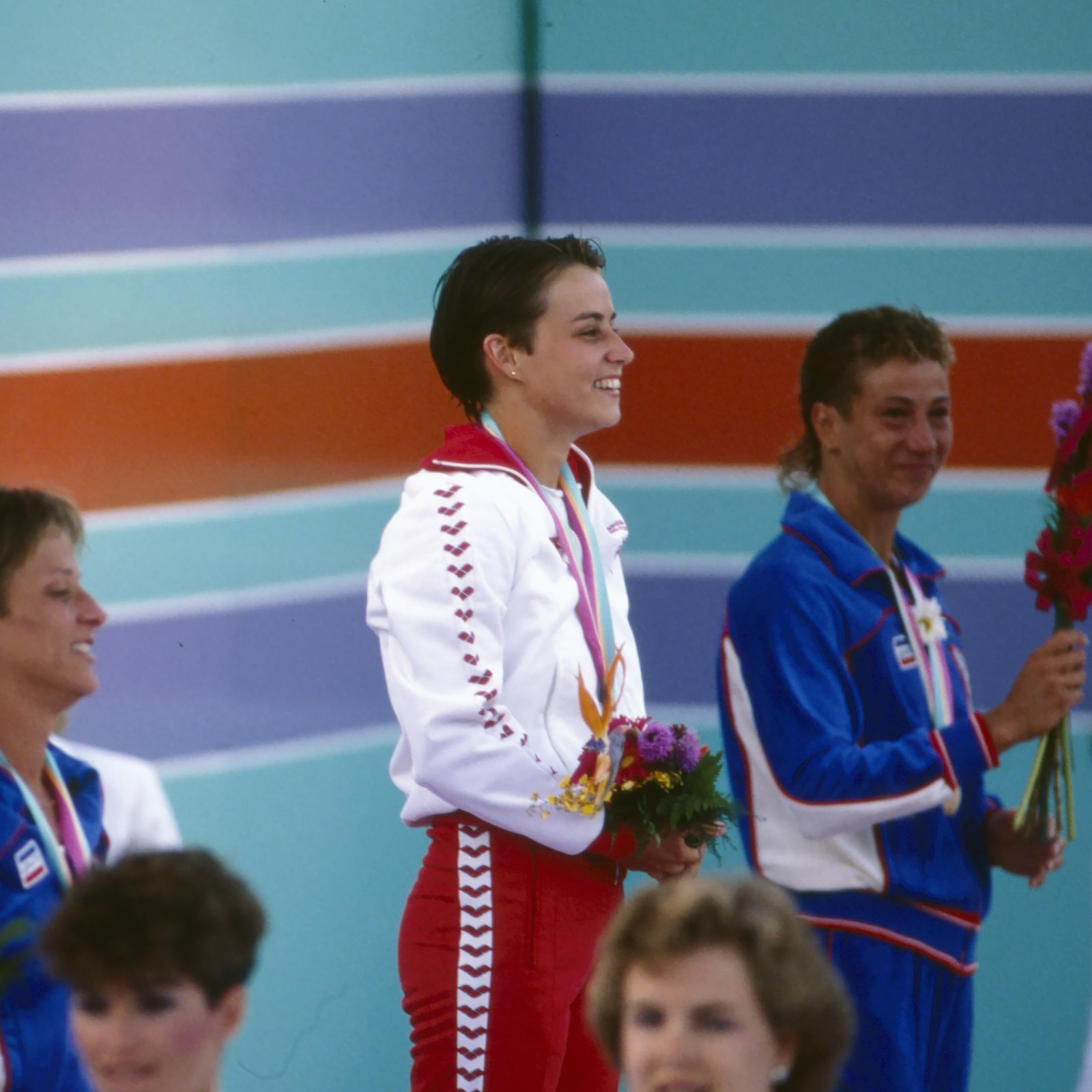 Sylvie Bernier (centre) pendant la cérémonie des médailles de l'épreuve de plongeon au tremplin de 3 m aux Jeux olympiques de Los Angeles, en 1984