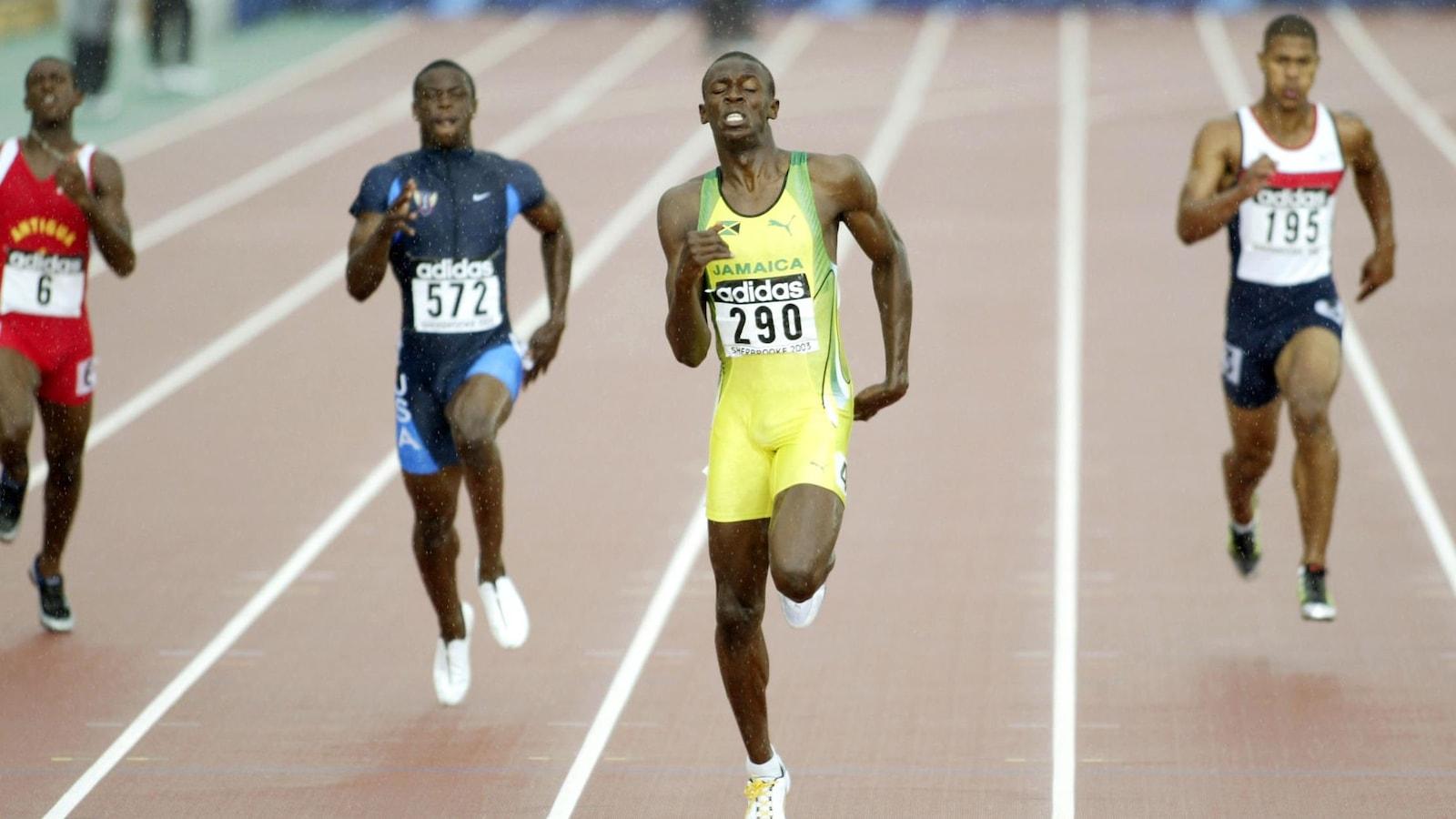 Usain Bolt (en jaune) en tête de la finale du 200 m des Championnats du monde jeunesse de Sherbrooke, suivi de l'Américain Michael Grant (en bleu) et du Britannique Jamahl Alert-Khan (en blanc).