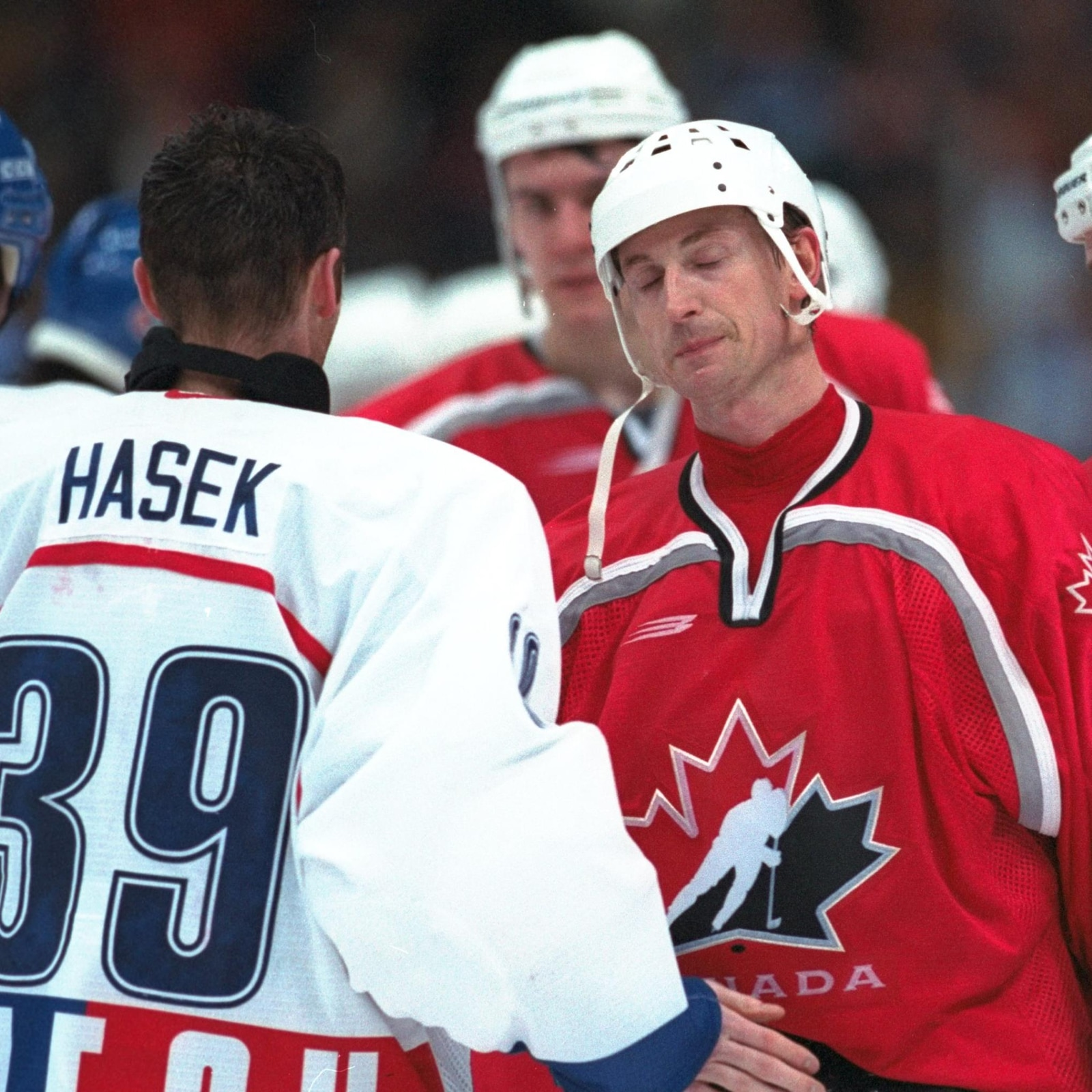 Wayne Gretzky félicite Dominik Hasek, de la République tchèque, après l'élimination du Canada en demi-finale du tournoi de hockey masculin des Jeux olympiques de Nagano, en 1998.