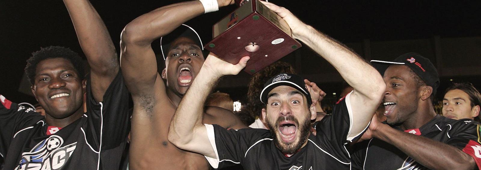 Maudrio Vincello (6) célèbre avec ses coéquipiers de l'Impact la conquête du championnat de l'A-League, le 18 septembre 2004, après une victoire contre les Sounders de Seattle.