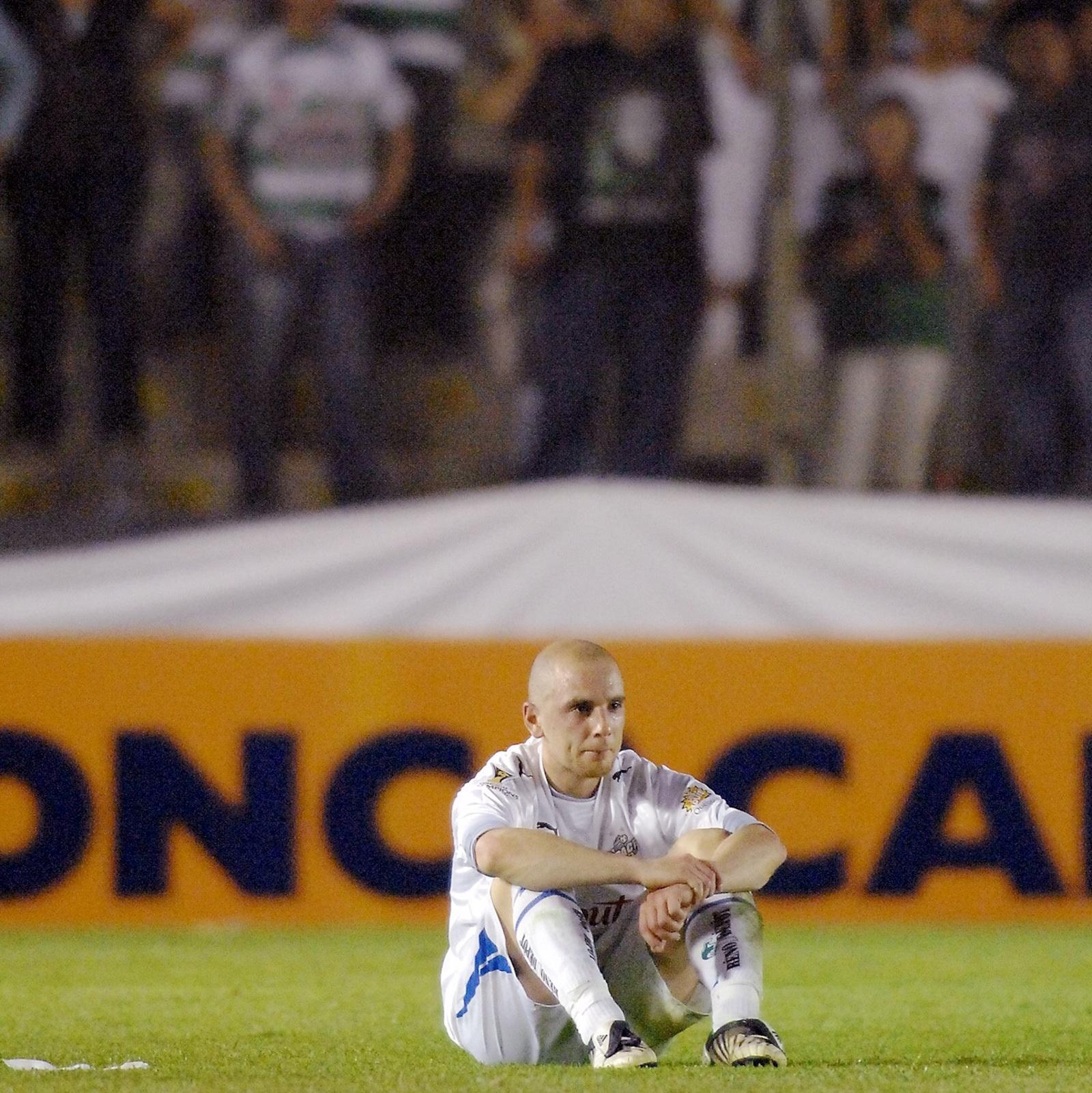 Sandro Grande, de l'Impact de Montréal, reste sur le terrain du stade Corona, au Mexique, après la défaite de son équipe contre Santos Laguna en Ligue des champions en 2009.
