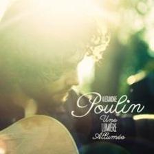 Sur la photo, Alexandre Poulin joue de la guitare sous les rayons de soleil.