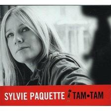 Sur la photo en noir et blanc qui orne la pochette du disque, Sylvie Paquette regarde vers le haut. Elle a de long cheveux blonds et un visage aux traits réguliers.