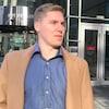 Une photo de Matthew Brown devant la Cour de Calgary.