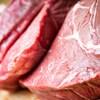 De la viande de bœuf crue sur une planche à découper.