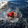 Il quitte le bateau de Jean Le cam après son sauvetage.
