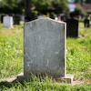 Une pierre tombale sans nom dans un cimetière.