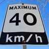 Un panneau indique une limite de vitesse de 40 m/h.