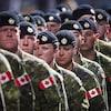 Des soldats canadiens en rangée.