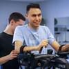 Un homme reçoit un traitement de physiothérapie.