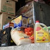 Des denrées et des boîtes avant la distribution.