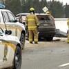 Voiture de police et pompiers près d'une voiture accidentée.
