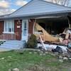 La devanture d'une maison complètement défoncée.