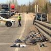 Un policier de la Sûreté du Québec contrôle la circulation sur une route où deux cyclistes ont été happés.