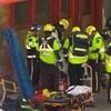 Des ambulanciers paramédicaux qui interviennent sur les lieux d'un accident.
