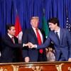 Le président américain Donald Trump, entouré de son homologue mexicain Enrique Pena Nieto (gauche) et du premier ministre canadien Justin Trudeau (droit).