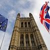 Le parlement britannique avec le drapeau du Royaume-Uni et de l'Union européenne.