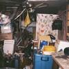 Une maison encombrée de boîtes et de déchets de toutes sortes.