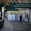 Un policier devant la zone des départs de l'Aéroport international de Vancouver.