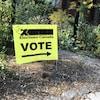 Une flèche sur une affiche indique aux électeurs où se diriger.