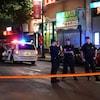 Des policiers protègent un périmètre de sécurité.