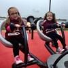 deux enfants dans un jeu du parc à Charlottetown, à l'Île-du-Prince-Édouard