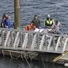 Des membres des services de secours sur un quai