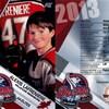 On voit un jeune Alexis Lafrenière en habit de hockey sur une carte de hockey pee-wee