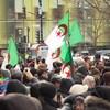 Des manifestants brandissant le drapeau algérien devant le consulat d'Algérie à Montréal.